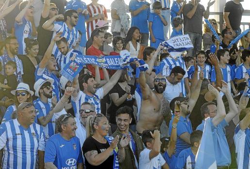 El partido contra el Alcoyano fue una muestra más de la gran comunión que existe entre la afición del ATB y sus futbolistas.
