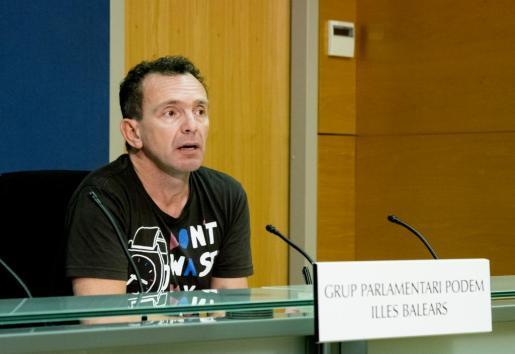 El diputado Salvador Aguilera, durante la rueda de prensa.