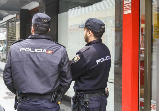 La Policía Nacional detiene a cuatro personas por robo con intimidación.