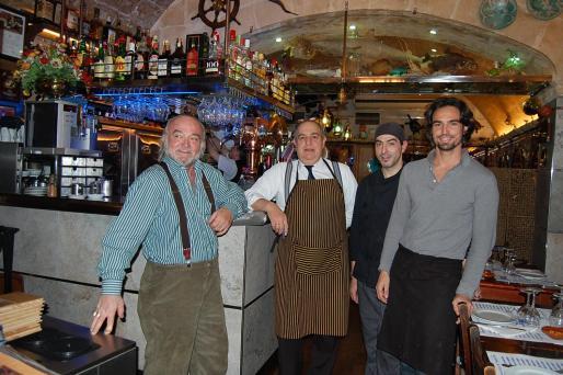 Mariano Mas y su hijo Mariano Àlvaro flanquean a Vicente y a Paco, maître y cocinero de la casa, respectivamente.