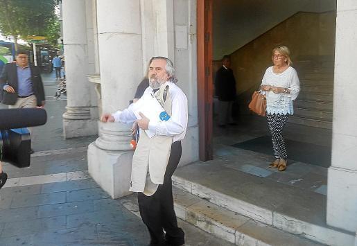 El abogado Laureano Arquero y su defendida, María Camps Niell en los juzgados.