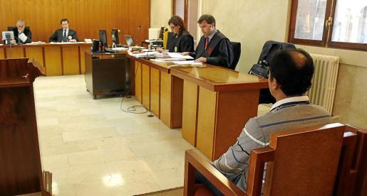 El acusado, en el banquillo de la Sección Segunda de la Audiencia Provincial.