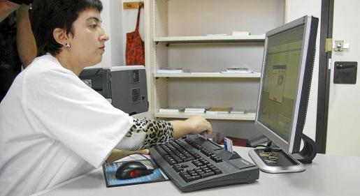 Los profesionales sanitarios pueden utilizar el sistema informático, pero no recibir correos de fuera ni utilizar Internet.