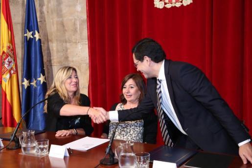 La presidenta del Govern Francina Armengol junto a la consellera de Salut, Patricia Gómez, y el director general de la Fundación Amancio Ortega, Óscar Ortega.