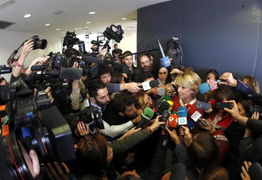 Imagen de archivo de la expresidenta de la Comunidad de Madrid, Esperanza Aguirre, atendiendo a los medios de comunicación.