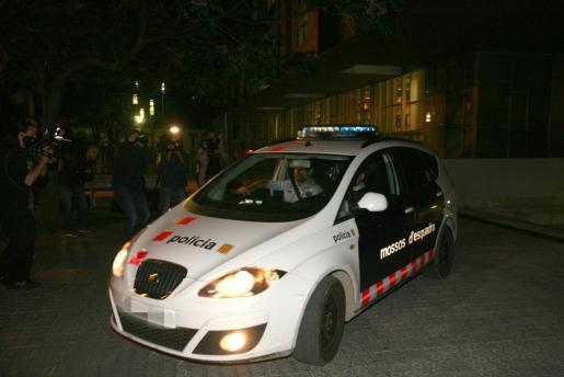 Salida de un vehículo policial de los juzgados de Vilanova i la Geltru, en Barcelona, en los que la juez que investiga el crimen de un agente de la Guardia Urbana de Barcelona.