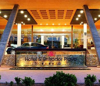 Imagen de la entrada principal del hotel.