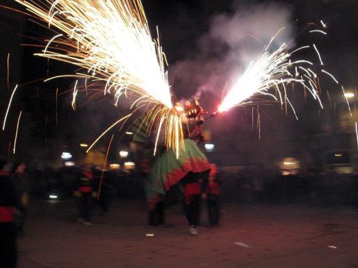 """En la celebración participaron diferentes """"colles de dimonis"""" y otras figuras de la tradición popular."""