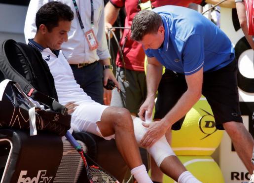 Nicolás Almagro es atendido en su rodilla izquierda durante el partido ante Rafael Nadal en el Master 1000 de Roma.