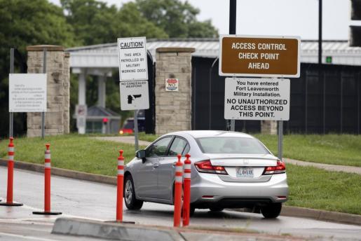 Un coche entra en el recinto de la prisión de Fort Leavenworth, en Kansas (EE.UU), este miércoles 17 de mayo de 2017.