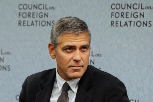Los rumores apuntan a que George Clooney no se lleva demasiado bien con Angelina Jolie, que lo ha separado de Brad Pitt.