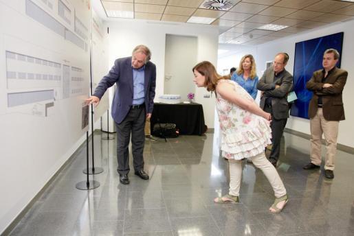 El director gerent presenta los plano del nuevo Hospital de Sant Joan de Déu a Francina Armengol.