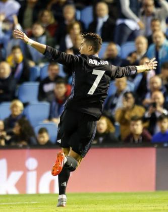 El delantero portugués del Real Madrid Cristiano Ronaldo celebra su segundo gol ante el Celta.