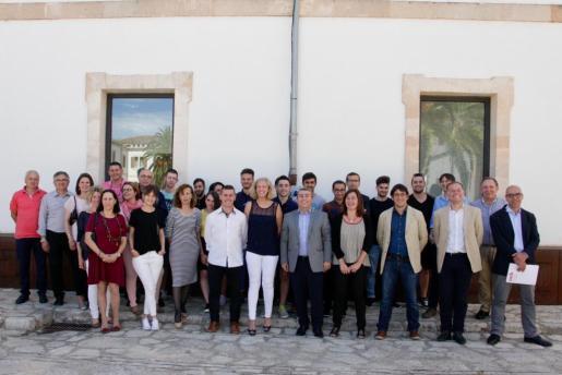 La presidenta del Govern, Francina Amrnegol, ha visitado este jueves el programa de formación de jóvenes en el sector del calzado de Inca.