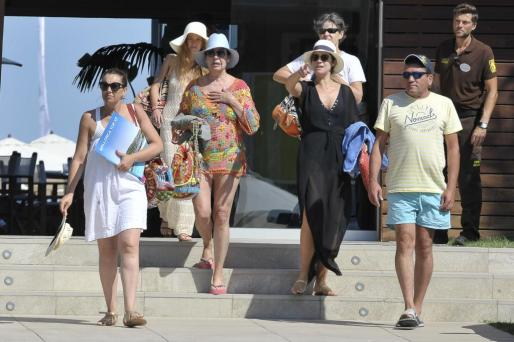 Carmen Martinez Bordíu y su hija Cinthya Rossi comen con amigos en un beach blub en la playa de Magaluf durante sus vacaciones en Mallorca.