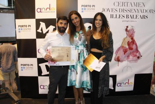 Carlos Delgado, Premio Nuevos Diseñadores, con la presentadora Elsa Anka y la ganadora del Certamen Jóvenes Diseñadores, Carla García.