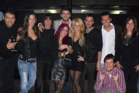 Gerard Piqué y Shakira junto a unos amigos. A la izquierda, Carles Puyol y su novia Malena Costa.