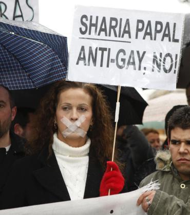 La actriz Carla Antonelli, durante una concentración convocada por el Colectivo de Lesbianas, Gays, Transexuales y Bisexuales de Madrid (COGAM).