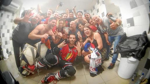 Los jugadores y técnicos del Espanya Hoquei Club celebran en el vestuario el título de Liga logrado este domingo.