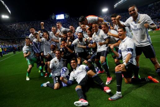 Los jugadores del Real Madrid celebran el título de Liga.