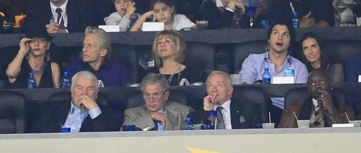 Detalle de los asientos VIP, de izquierda derecha en la fila superior, la actriz Catherine Zeta-Jones; Michael Douglas, una asistente sin identificar; el actor estadounidense Aston Kutcher y Demi Moore; en la fila inferior, el ex presidente de Estados Unidos, George W. Bush, entre otros.