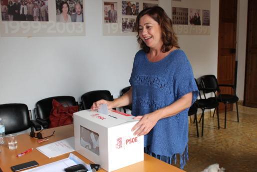 Francina Armengol, ejerciendo su derecho al voto.