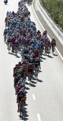 El pelotón participante en la segunda prueba de la Challenge Trofeo Cala Millor-Son Servera, disputado hoy sobre un recorrido de 172,4 kilómetros, en el que se impuso el ciclista estadounidense Tyler Farrar.