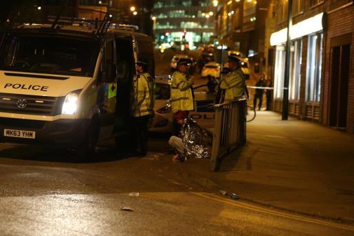 Una mujer atendida por la policía cerca al Manchester Arena.
