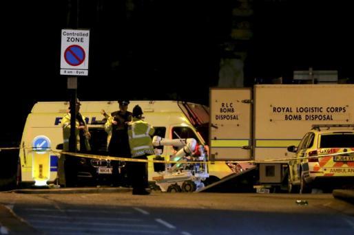 Un robot de destrucción de armas del Real Logistic Corps (RLC) es descargado en el exterior del recinto del Manchester Arena tras dos explosiones registradas cerca del recinto, en Manchester (Reino Unido).
