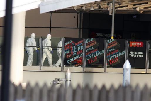 Policías forenses, en el lugar del atentado, recabando pruebas.