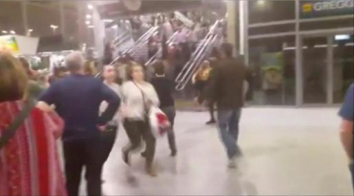 Imagen de cámara de seguridad de gente corriendo tras las explosiones.