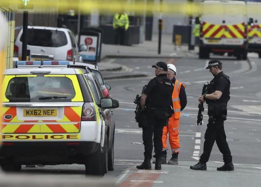 Policías patrullan los alrededores del Manchester Arena horas después del atentado suicida.