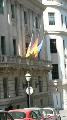 Las banderas de la Delegación de Gobierno a media asta tras el atentado en Manchester.