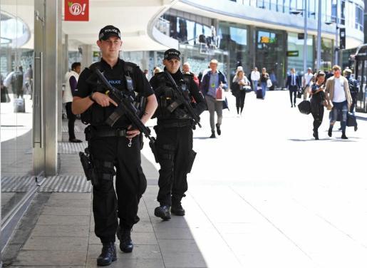 Agentes de policía patrullan el centro de Manchester, en el Reino Unido, este martes 23 de mayo de 2017, tras el atentado perpetrado durante un concierto de la cantante estadounidense Ariana Grande en el Manchester Arena.