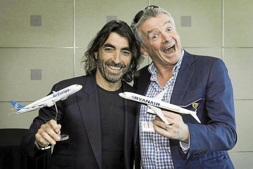Los CEO ejecutivos de Globalia y Ryanair, Javier Hidalgo y Michael O'Leary, respectivamente,tras la presentación del acuerdo estratégico entre Air Europa y la aerolínea de bajo coste irlandesa.
