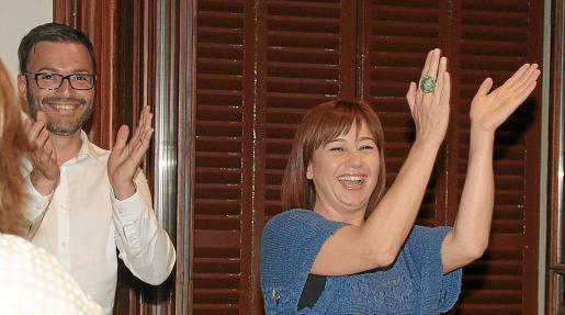 Armengol con Hila, el 24 de mayo del 2015 en la sede del PSIB, al saber que gobernarían.