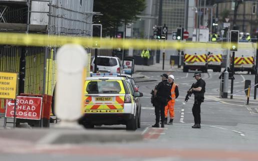 Policías patrullan los alrededores del Manchester Arena.