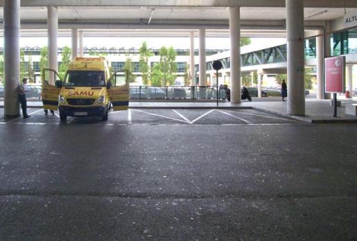Una ambulancia en el hospital de Son Espases.