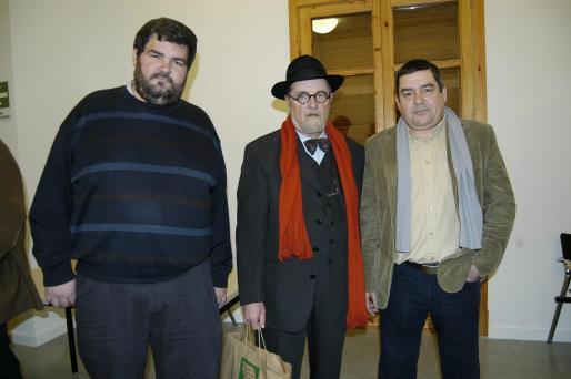 Antoni Serra, junto a los organizadores del acto, Sebastià Bennàssar y Miquel Vicens Escandell, justo antes de comenzar el homenaje.
