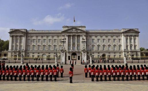 El Ejército británico vigilará el palacio de Buckingham, el Parlamento, la residencia de Downing Street y las embajadas, como medida de seguridad al elevarse al más alto el nivel de amenaza terrorista contra el Reino Unido, informó este miércoles la Policía.