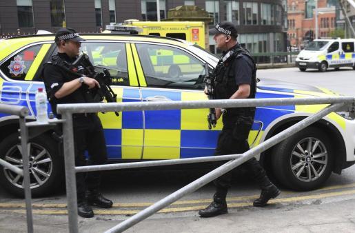 Policías británicos montan guardia en las calles de Manchester.