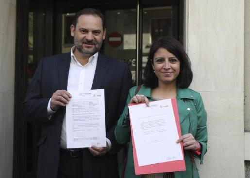 Los miembros del equipo de Pedro Sánchez, el secretario provincial del PSOE en Valencia, José Luis Ábalos, y la diputada del PSOE por Asturias Adriana Lastra.