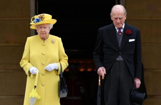 La reina Isabel no canceló su agenda el día después del atentado. En la imagen, en un minuto de silencio en el Palacio de Buckingham.