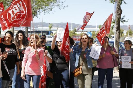 Palma local treballadores de neteja amb vaga davant la seu de l'empresa Klee fotos teresa ayuga