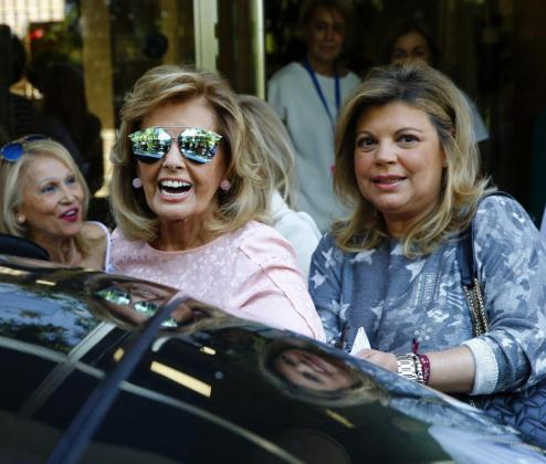 La periodista María Teresa Campos, acompañada de su hija Terelu, a su salida de la Fundación Jiménez Diaz, tras recibir el alta médica.