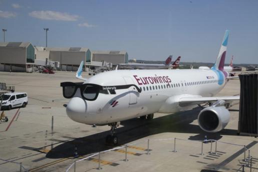 La compañía aérea Eurowings ha inaugurado este miércoles su base operativa en el aeropuerto de Son Sant Joan.