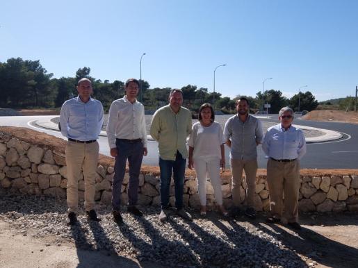 Mercedes Garrido, Joan Cifre y el alcalde Joan Xamena, acompañado de otros concejales del Auntament de Felanitx durante la visita a la rotonda de El Bosque.