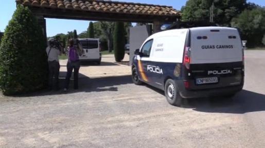 Un vehículo de la Policía Nacional se dirige al registro efectuado este martes en la segunda vivienda del expresidente del Fútbol Club Barcelona Sandro Rosell.