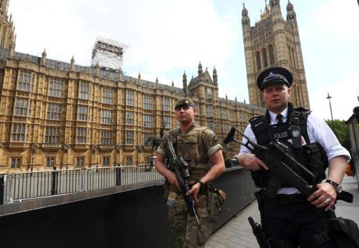 Policías y soldados patrullan en las cercanías del parlamento británico tras la alerta terrorista decretada después el atentado de Manchester.