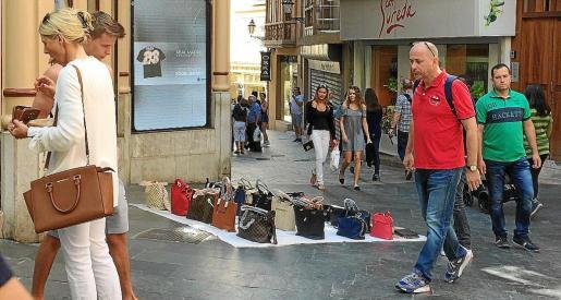 La venta ambulante ilegal prolifera por las zonas más turísticas de Palma, un problema que se repite cada temporada.